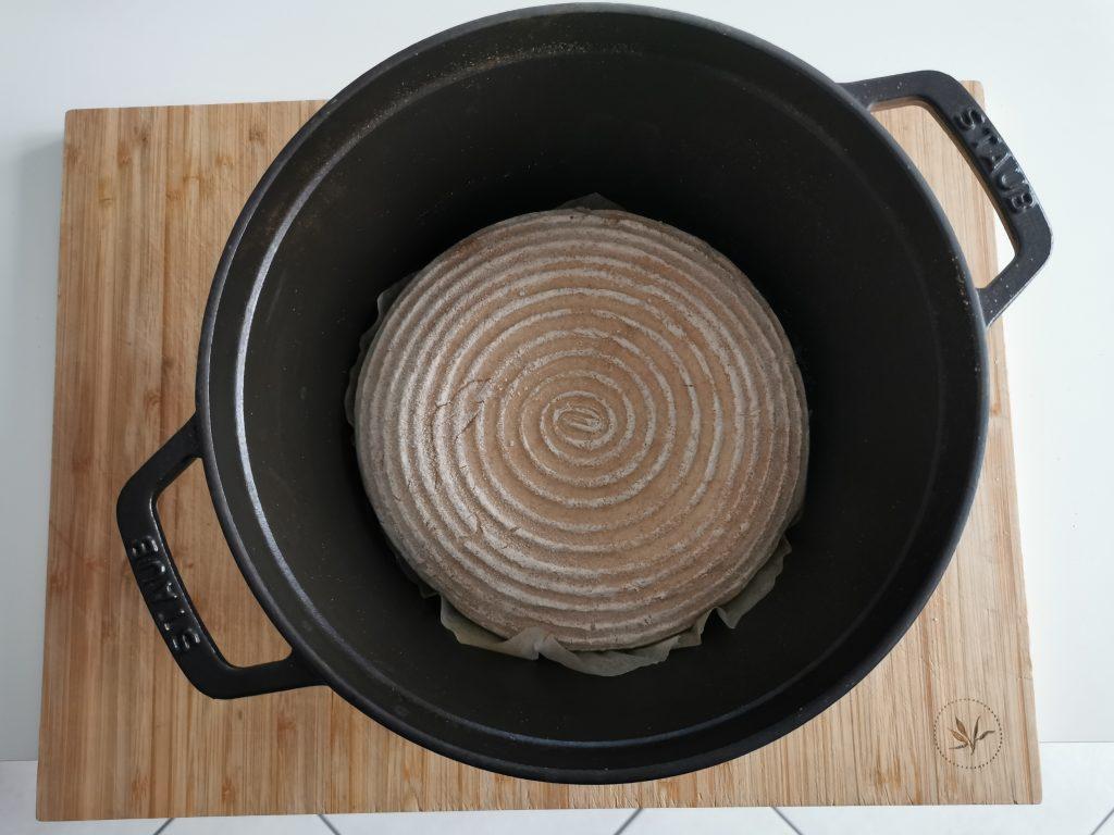 Kruh z droži - litoželezna posoda
